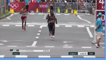 Abdi Nageeye pushes his best friend Bashir Abdi during the Olympic marathon to join him for a medal. Two somali born athletes with this unprecedented achievement 🇸🇴